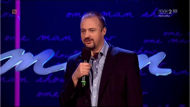 komik grający stand up comedy podczas występu w tvp