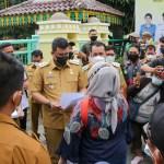 Puluhan Massa Tuntut Penutupan Jalan PT SUU ke Balai Kota