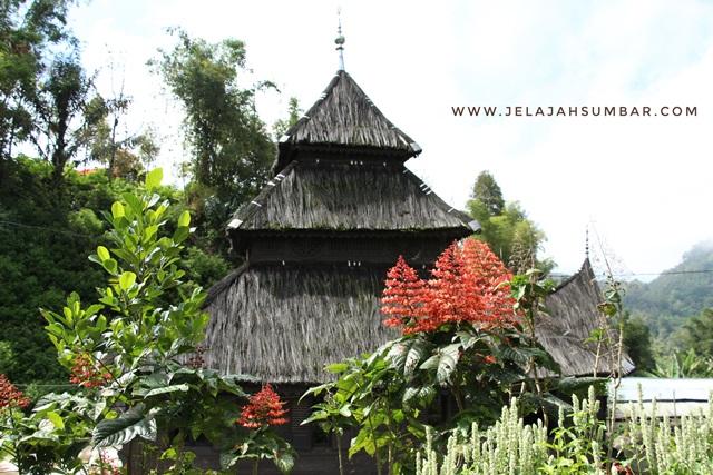bangunan atap masjid tuo kayu jao menyerupai pagoda