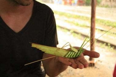 Sauterelle tressée en feuille de bananier