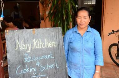 Nary devant son restaurant