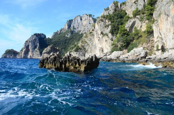 Rochers et écume des mers