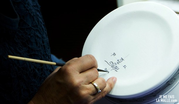 Josefine signe sa poterie avec le sigle de Royal Delft