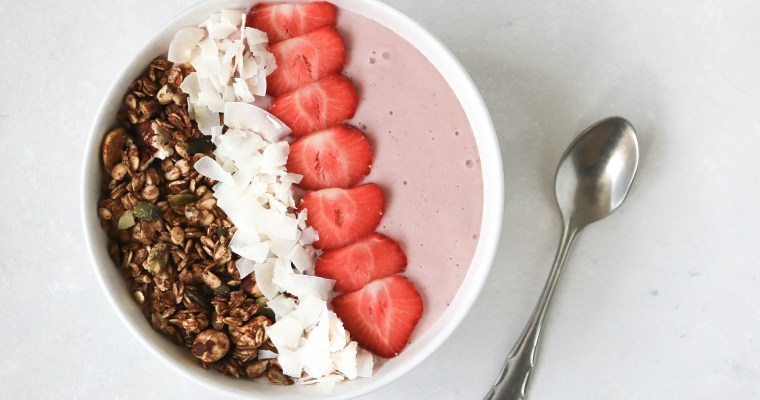 STRAWBERRY COCONUT SMOOTHIEBOWL