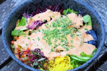 Rainbow-Bowl mit Caesar-Dressing.