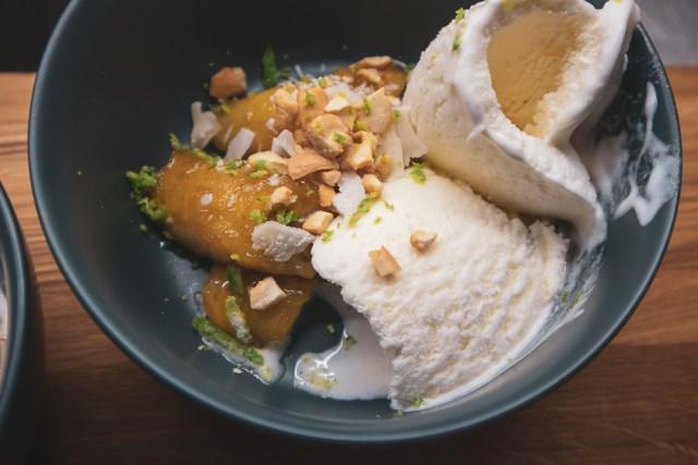 Karamelliserad banan med glass