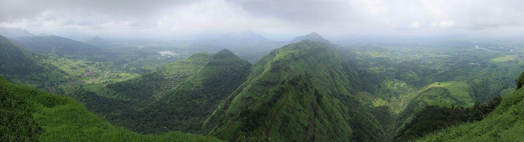 Vue panoramique durant la saison de la mousson des montagnes de Matheran