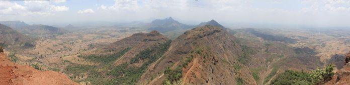 Vue panoramique durant la saison sèche des montagnes de Matheran