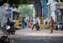 Devant le temple. Pondicherry