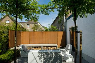 kleine stadstuin met cortenstalen schutting en meubels van one to sit