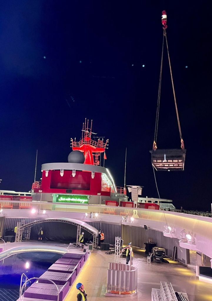 Craning a stage off a cruise ship
