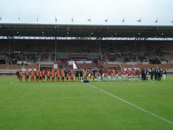 FC Volendam en de Suriprofs vlak voor de start van het duel