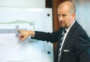 Niels Kowollik erklärt den Aufbau des neuen Nutzfahrzeugzentrums. Foto: Mario Zgoll