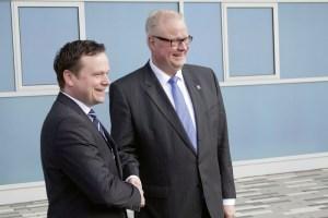 Dr. Thomas Schäfer, Finanzminister und Aufsichtsratsvorsitzender der Flughafen GmbH Kassel (rechts), und Lars Ernst, Chef des Kassel Airports (links). Foto: Flughafen GmbH Kassel