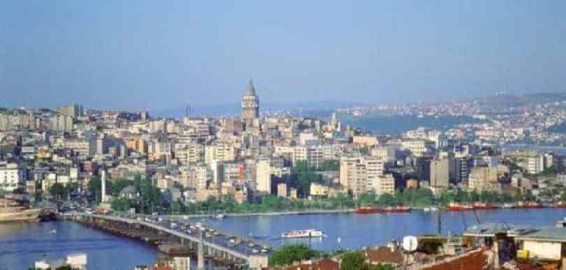 أورفا التركية - لاجئة سورية تكسر زجاج 21 سيارة في أورفة