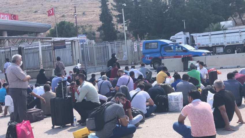 الهوى - السلطات التركية تستمر بإغلاق معبر باب الهوى وتفرض غرامات على المنتظرين أمام البوابة