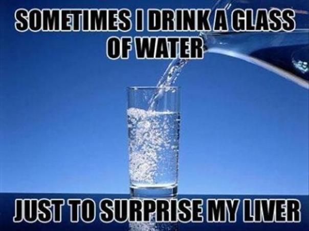 czasem wypijam szklankę wody aby zaskoczyć wątrobę
