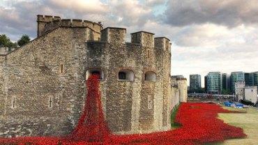 Tower of London w morzu krwi w setną rocznicę przyłączenia się Wielkiej Brytanii do I wojny światowej