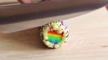 Wzięła nóż i ukroiła kawałek ciasta, które wcześniej przygotowała! Niespodzianka w środku zwala z nóg!