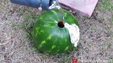 Zrobił niewielką dziurę w arbuzie i wlał tam aluminium. To, co wyciągnął, jest genialne!