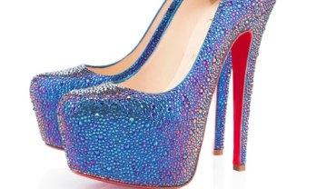 Te buty kosztują ponad 21 tysięcy złotych! Pewna kobieta zrobiła sobie takie same za niecałe 150 zł! Myślisz, że to niemożliwe? A jednak!