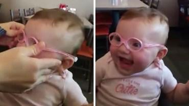 Dziewczynka po raz pierwszy wyraźnie zobaczyła rodziców. Jej reakcja jest bezcenna!
