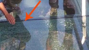 Podczas przechadzki po szklanym chodniku jeden z turystów upuścił kubek ze stali nierdzewnej….