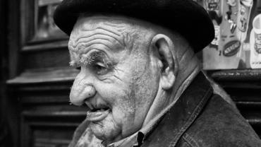 Goście restauracji patrzyli z obrzydzeniem na starego i schorowanego człowieka. Nagle jego syn zrobił coś, co sprawiło, że wszyscy zamilkli