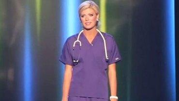 Królowa piękności wychodzi na scenę w stroju pielęgniarki. Chwilę później zadziwia całą widownię!