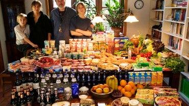 Poprosili każdą z rodzin, aby udała się na zakupy i kupiła typowe tygodniowe jedzenie. Ostatnia fotografia daje do myślenia...