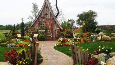 Ten mały domek wygląda jak chatka Baby Jagi. Gdy przekroczysz jego próg, już nie będziesz chciał stamtąd wyjść!