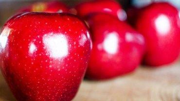 Zastanawiałeś się, dlaczego jabłka z supermarketu ciągle się błyszczą i są bez skazy? Dowiedz się, co odpowiada za ich nieskazitelny wygląd!