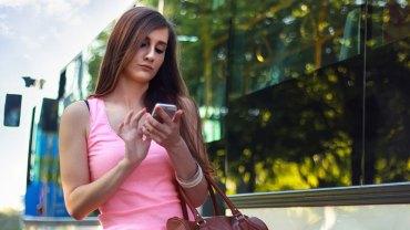 Zakaz używania telefonów komórkowych podczas chodzenia po ulicy. Czy ten scenariusz zostanie wprowadzony w życie?