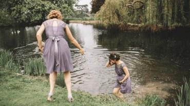 Druhna przerywa sesję ślubną i wskakuje do wody. Gdy zobaczysz, dlaczego to zrobiła, na pewno ją poprzesz!