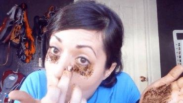 Dzięki temu trikowi zmniejszysz szpecące cienie pod oczami. Ten sposób naprawdę działa!