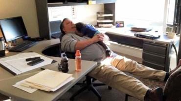 Ktoś sfotografował szczególny moment pomiędzy pracownikiem socjalnym a wychowankiem. Zdjęcie błyskawicznie rozprzestrzeniło się w internecie