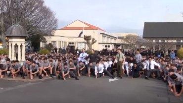 """Uczniowie w nietypowy sposób pożegnali swojego nauczyciela: odtańczyli na jego pogrzebie tradycyjny taniec """"haka"""""""