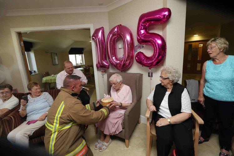 """""""Gorący wytatuowany strażak"""" - takie było marzenie tej 105-letniej babci. Czy się ziściło? Zdziwisz się, ale tak!"""
