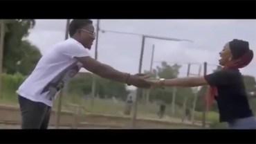 """Nigeryjska aktorka musiała przeprosić za """"niemoralny"""" teledysk, na którym… trzymała mężczyznę za rękę!"""