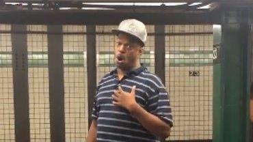 Ten nowojorski wokalista powinien występować na największych scenach świata, ale daje koncerty na… stacjach metra!