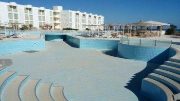 Luksusowy hotel w Szarm el-Szejk jeszcze kilka lat temu pękał w szwach, ale dziś przez zagrożenie terrorystyczne stoi pusty i niszczeje