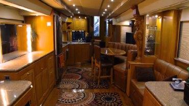 Ten luksusowy camper kosztował 2,5 miliona dolarów! Zgadnijcie, do jakiej gwiazdy Hollywood należy