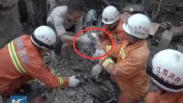 Szukali pogrzebanych żywcem osób, ale natknęli się na to! Byli wzruszeni i zaskoczeni, że udało się im do tego dotrzeć!