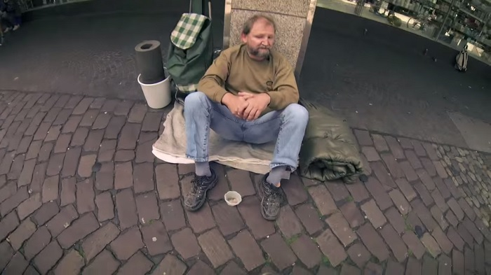 He asked a homeless man if he could borrow a bucket. What he did a moment later, will move you to tears 3