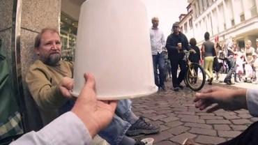Poprosił bezdomnego, aby pożyczył mu wiadro. To, co zrobił chwilę później, porusza do łez