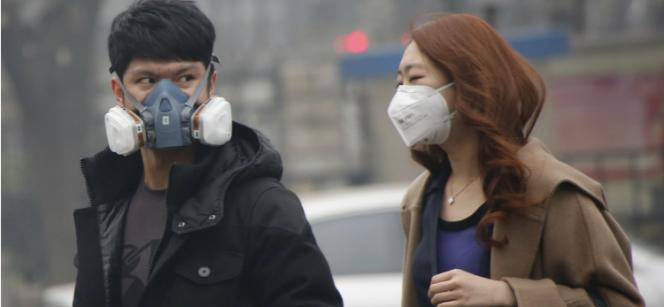 Smog zmusza ludzi do kupowania worków ze świeżym powietrzem. Biznes kwitnie, a chętni ustawiają się w kolejkach!
