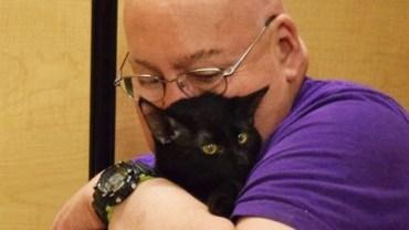 Mężczyzna spał, gdy adoptowany kot mocno ugryzł go w palec. Bolało, ale będzie dziękował mu za to do końca życia!