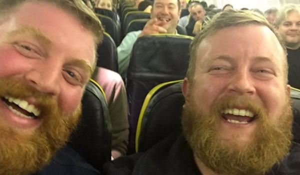 Usiedli obok siebie w samolocie. Gdy na siebie spojrzeli, nie mogli uwierzyć własnym oczom!