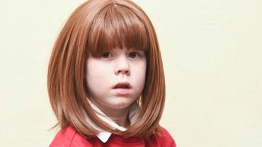 Kupiła córce perukę, aby nie wstydziła się chodzić do przedszkola. Nauczycielka, podając głupi powód, zmusiła dziecko do ściągnięcia sztucznych włosów!