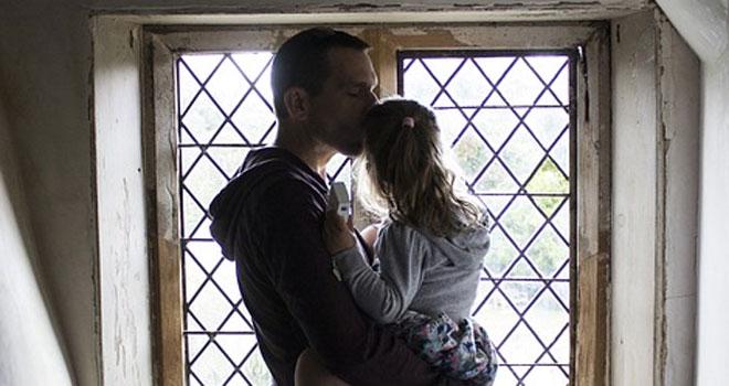 """Ojciec oblał benzyną i podpalił swoją 3-letnią córeczkę! Jak twierdzi zrobił to, bo była """"zbyt piękna"""""""